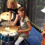 Janis als Schlagzeug-Coach beim offenen Band-Workshop